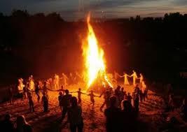 """Wieczór """"Świętego Jana"""" z ogniskiem na boisku."""